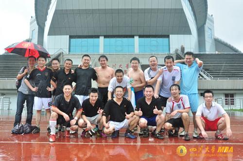 川大MBA与电子科大MBA学生举行足球友谊赛